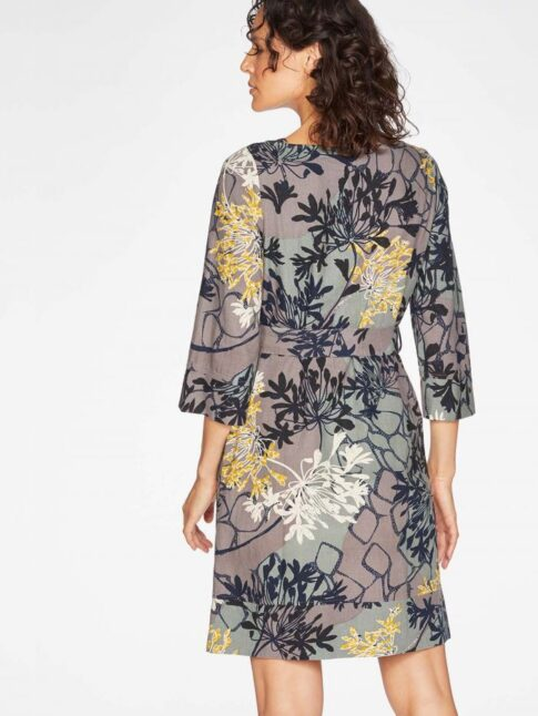Sirge lõikega kleit